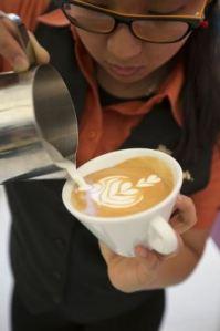 pauring_latte